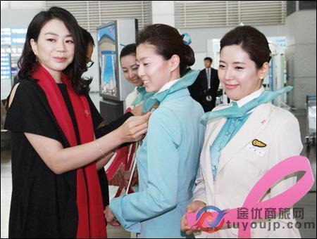 赵显娥是否在飞机上大声呵责,乘务员的陈述各不相同