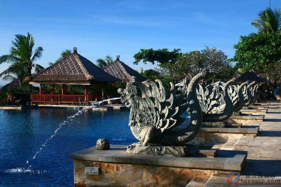 巴厘岛特价机票来了,即日起,预订港龙航空成都至巴厘岛特价国际机票,即可享成人往返最低2480元的超值优惠价! 巴厘岛,印尼最负盛名的岛屿,世界级旅游圣地,各国游客络绎不绝。居民主要是巴厘人,信奉印度教,以庙宇建筑、雕刻、绘画、音乐、纺织、歌舞和风景闻名于世。  港龙航空巴厘岛特价机票:成都飞巴厘岛(经香港)淡季往返低至2480元!适用旅行时间:即日起至2015年12月31日。旅客们不要错过了!请根据您的行程与所需舱位,提前预订途优商旅特价国际机票。 港龙航空成都飞巴厘岛(经香港)特价机票详情如下:  *注