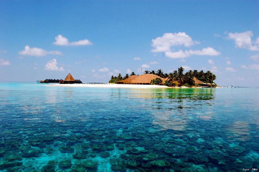 蓝天白云,水清沙幼马尔代夫,听到看到这个名字就自然浮现这样一幅悠闲、美好的海岛度假画面。它是很多人的梦想之地,一起走进这个美丽的岛国。去马代旅游之前,要知道这些!  马尔代夫:她的美,无法复制 在碧蓝的海水中,散落着一个个绿色的小岛,绿色又被一圈雪白的沙滩包围着,海滩外又是一圈若有若无的浅蓝,浅蓝再外面,是宝石一样的深蓝 她是上帝抛落人间的珍珠,她独有的纯净唯美风景,哪怕只是惊鸿一瞥,都让人毕生难忘;她的美无法复制,1200多个珊瑚岛屿之间相互独立,大大小小千余座珊瑚岛如珍珠散落在赤道两侧。这块